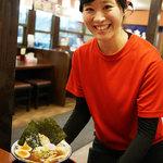 旭川らぅめん青葉 - この愛想の良い店員さんは、芸能人で誰かに似ていいるのであるが・・。