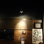 BOSSA - 壁板は超有名ミュージシャンのサインだらけ