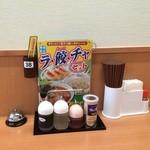 日高屋 - カウンターの調味料たち
