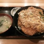 30994668 - カツ丼820円(味噌汁、漬物付き)