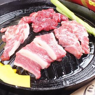 肉本来の味を楽しめる「馬肉鉄板焼肉」