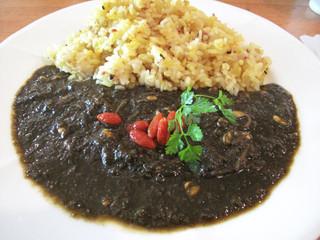 ベースキャンプ - 黒ごまと大豆もやしのカリー890円。 カレーは真っ黒ですが、それほど黒ゴマの風味が強いワケではありません。 大豆もやしの歯応えもあり、優しい味わいの割りにはお腹にたまる感じです。