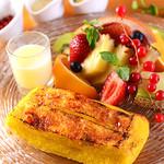 Yocco's French Toast Cafe - 以前大人気だったメニューが復活!表面はカリカリ、中はふわふわに仕上げたフレンチトーストをたくさんの季節のフルーツと2種のソースで召し上がれ!
