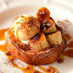 Yocco's French Toast Cafe - グラニュー糖をまぶして焼き上げた香ばしいバナナとキャラメリゼしたナッツをフレンチトーストと合わせました★