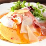 Yocco's French Toast Cafe - 生ハムとポーチドエッグに、大きめのスライスチーズを合わせたお食事系のパンケーキ。
