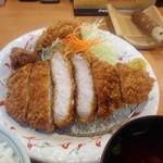 とんかつ藤よし - 単品で、鶏の唐揚げとカキフライを追加