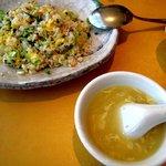 龍福園 - チャーハン(2人前)とスープ