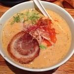 でびっと - 担々麺:焼豚は片面を炙っているが炙り過ぎで干し肉のよう