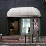 茶茶白雨 - ビルの入り口(昼)