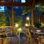 ボータン - テラス席から庭を望む