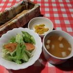 ケント - セットのサラダ、漬物、スープ