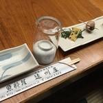 31025350 - テーブルにセットされているお通しと食器類。お猪口がデフォルトというのは珍しいですね。