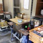 平木製麺所 - 中央の台にダシの鍋