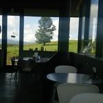 31025973 - 店舗の中からも牧草地が見渡せます。