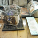 日本鮮魚甲殻類同好会 - お通しのエイヒレをあぶる