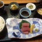 魚彩 銀の鯛 - まぐろ造り(定食、700円)