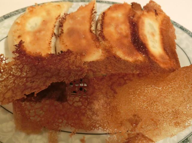 ゆるり 中華食堂 癒食同源 - ジューシーな七色豚の焼き餃子 4ケ 380円。