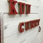 クーカレー - 白塗りの板壁に、赤い文字がオシャレです