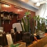 クーカレー - カウンター上には、観音竹などが飾られています