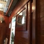 クーカレー - カウンターの背中側と入り口