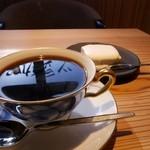 三ツ豆珈琲 - コーヒー、自家製ミルクチーズケーキ(カップ&ソーサーは大倉陶園製)