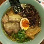 阿麺房 - 中華そば(650円)。昔ながらの徳島中華そばとは別物で、澄み切った金色スープは鶏ガラ醤油。優しい甘じょっぱさで、馴染みやすい味。