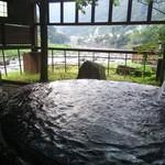 大自然 - 横を流れる山間の急流 杖立川のダイナミックな風景も見所。川の流れの音がBGM。