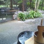 大自然 - 岩風呂、樽の風呂、水風呂など5種類の露天風呂があって、とても雰囲気が良い。