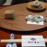 みずのこぶの天ぷら、山菜白和え、鶏の松風焼き