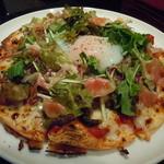 シャバーノ - 半熟玉子と葉野菜と生ハムのピザ