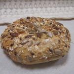 キルシュブリューテ - 雑穀のたっぷり乗ったパン