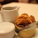 炭焼ステーキハウス 葡萄屋 - タレとでっかいガーリックチップが一杯