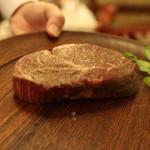炭焼ステーキハウス 葡萄屋 - このお肉を焼きます