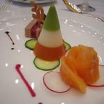 31048213 - 鴨のフォワグラとリュバーブのミルフィーユ仕立て、3種野菜のムース、サーモンマリネの薔薇仕立て
