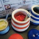 まるいち - 「まるいち」卓上の紅ショウガ・辛子高菜・おろしニンニク