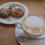 カフェ ウォール - カフェラテとスコーン