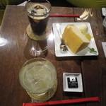 ポン ムヴァン - ゆずスカッシュ、シフォンケーキ、アイスコーヒー
