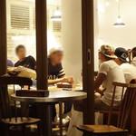 ジンナンカフェ - 男の子もいて店内満席 @9pm