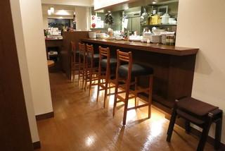 IBAIA - 中はテーブル4席とカウンター5席のこぢんまりしたお店。