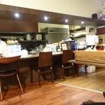 エス小林 - オープンキッチンスタイルの厨房