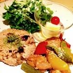 森の間CAFE - 鶏肉の黒酢煮と生姜の炊き込みご飯のワンプレートランチ☆ 柔らかく煮込んだ鶏肉は黒酢でさっぱり。 ほのかに香る生姜のご飯ともよく合います♪ ピクルスが美味しかった〜(´∀`)
