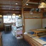 伊藤屋 - 店内は奥行きがあって広いです