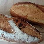 31061426 - バゲットとドライフルーツ入りのパン