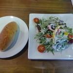 ガレージカフェグラント - パンとサラダ