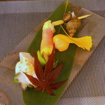 旬魚菜 正や - 前菜:蒸し鮑しらすがけ、バイ貝の旨煮、花オクラの生ハム巻き、スモークサーモンとクリームチーズてまり