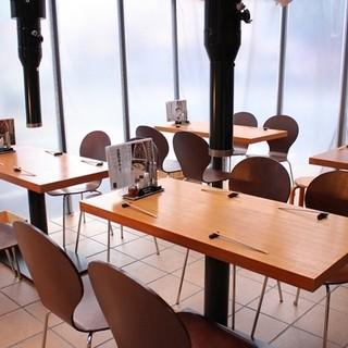 貸し切り可能。テーブル席、小上がり席からお選びください