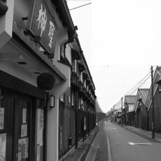 酒蔵の町並みの中、史跡「寺田屋」の近く。ほろ酔い気分の小旅行に最適