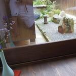 たくみや - 座敷奥に座ると坪庭が楽しめます!
