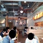 アロハテーブル - 『ALOHA TABLE waikiki kyobashi』さんの1階、店内の様子~♪(^o^)丿
