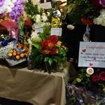 ビストロ ダイア - 店の前もお祝いの花で埋まっています
